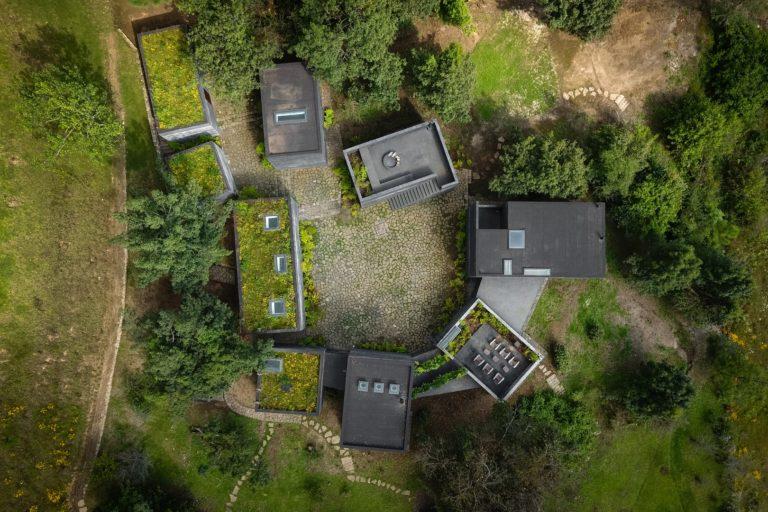 Os diferentes módulos da Casa Bruma são feitos em concreto aparente em cor negra, madeira, pedra e vidro. Foto: Rafael Gamo/ Divulgação