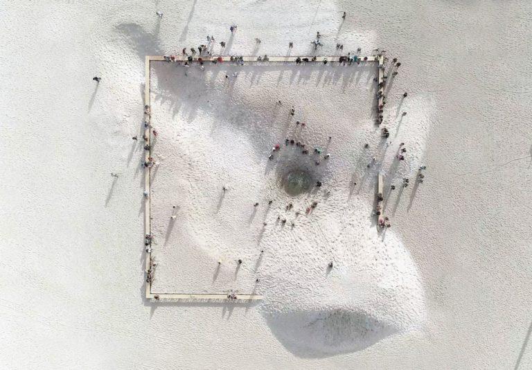 """Instalação """"A praia e o tempo"""", realizada pelo Grua em 2018 na Praia de Copacabana. Foto: Acervo pessoal/Tempo Festival"""