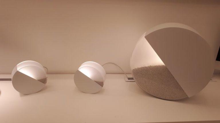 Na Lumini, o destaque foi para a luminária Duna, com design de Domingos Pascali. Foto: Sharon Abdalla/Gazeta do Povo
