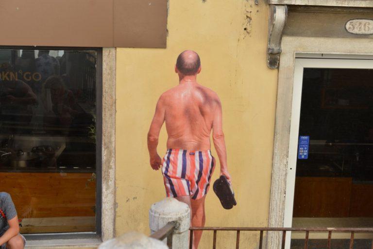 Fotógrafo paranaense fez três intervenções com lambe-lambes em Veneza e foi apelidado de 'novo Banksy'. Fotos: Estevan Reder/Divulgação