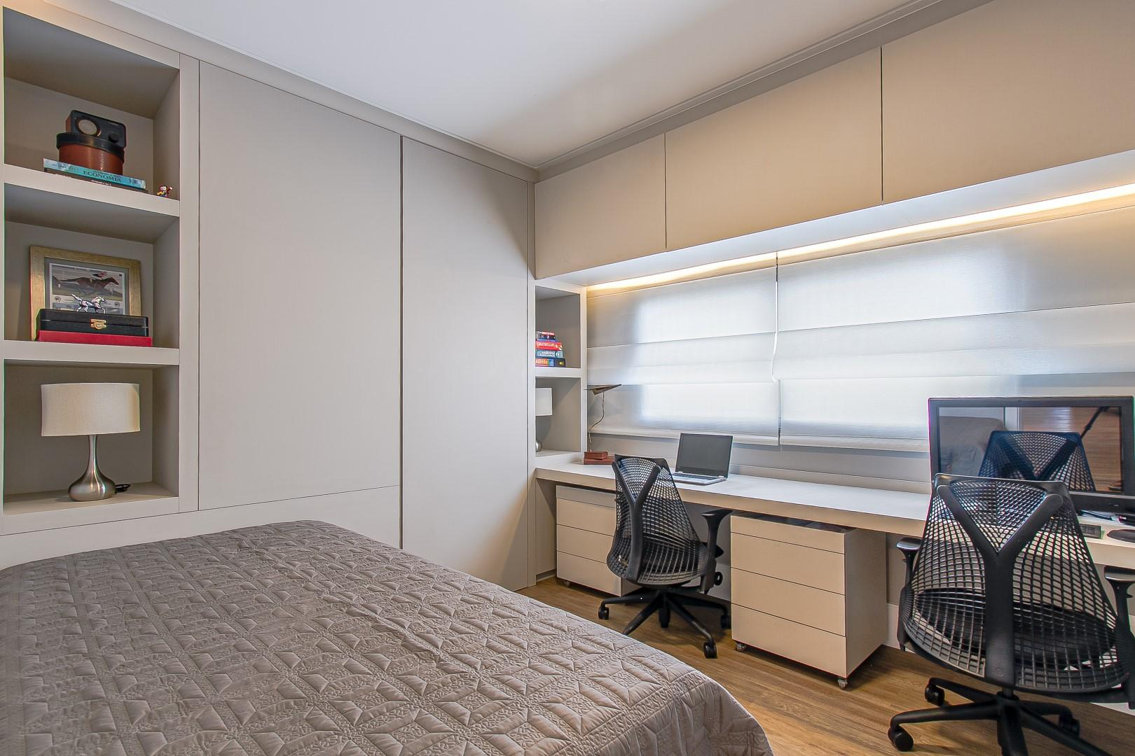 O quarto de apoio e hóspedes também ganhou uso para home office, com uma grande bancada de trabalho. Foto: Francis Larsen / Divulgação