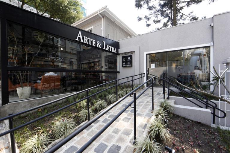 Rua Desembargador Motta, 2011: o novo endereço da Arte e Letra é o 4º na mesma quadra do Batel. Fotos: Albari Rosa/Gazeta do Povo