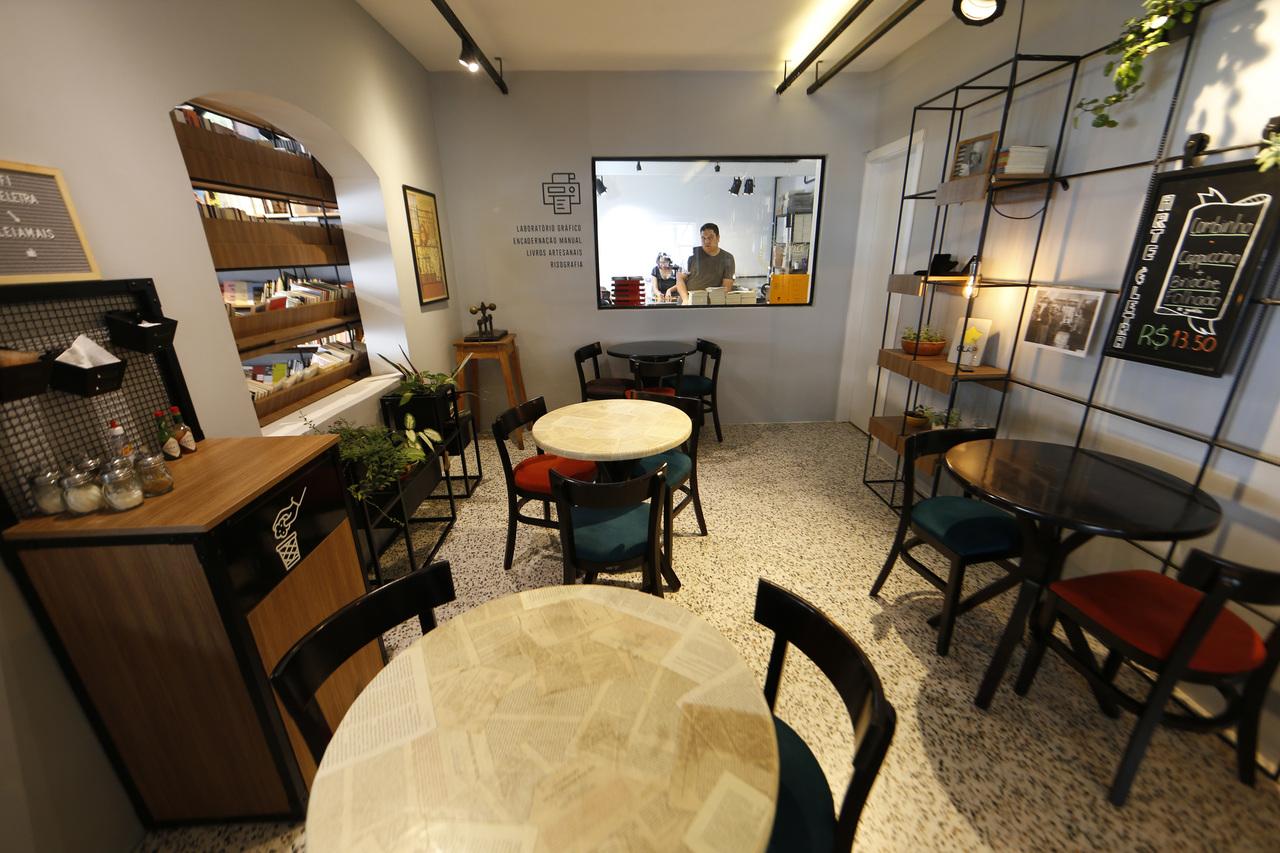 Mesas são distribuídas por todos os ambientes, sempre com visibilidade para todos os espaços.