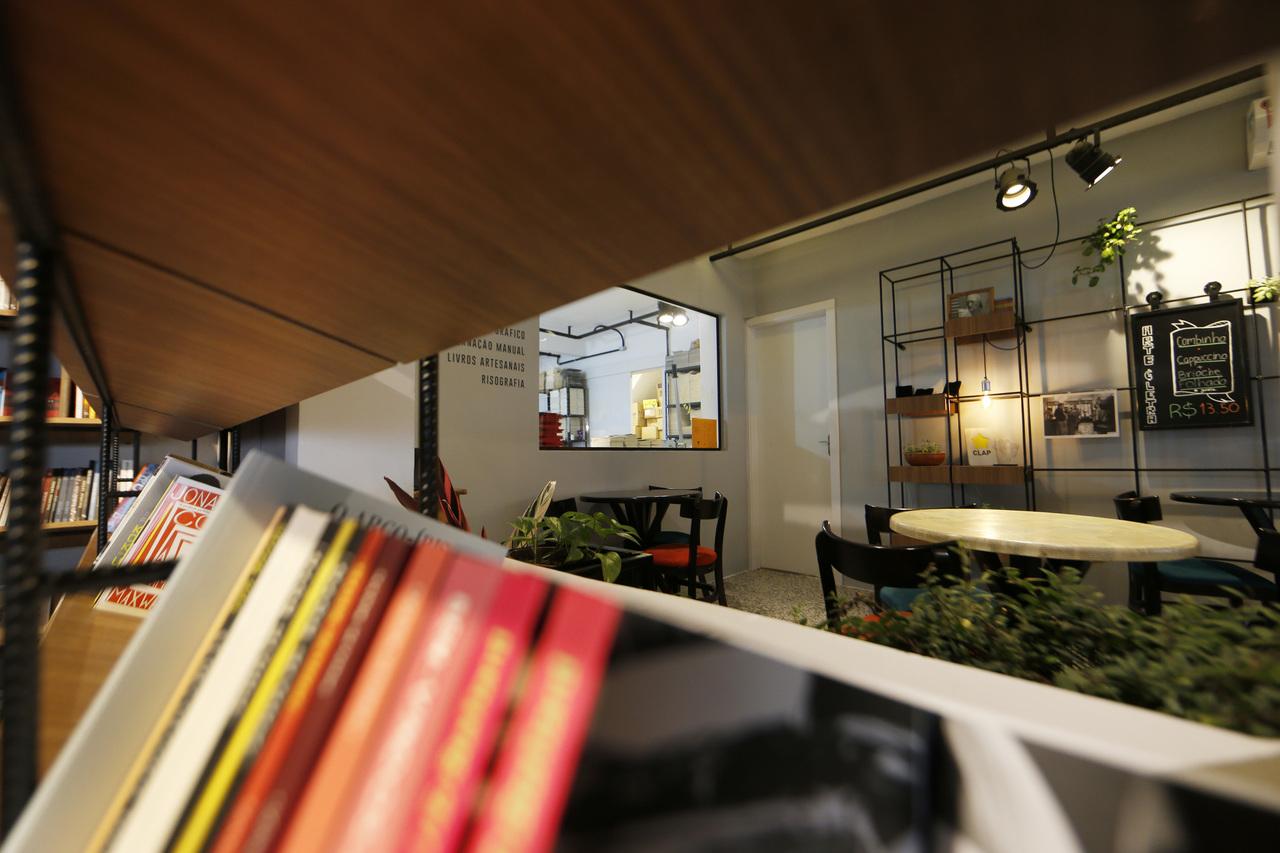 Vidros e espaços abertos complementam a integração dos usos.