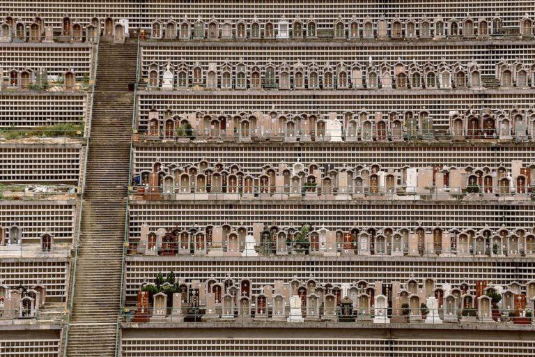 """Série de fotos do inglês Finbarr Fallon, """"Dead Space"""" denuncia a superlotação dos cemitérios de Hong Kong. Foto: Finbarr Fallon"""