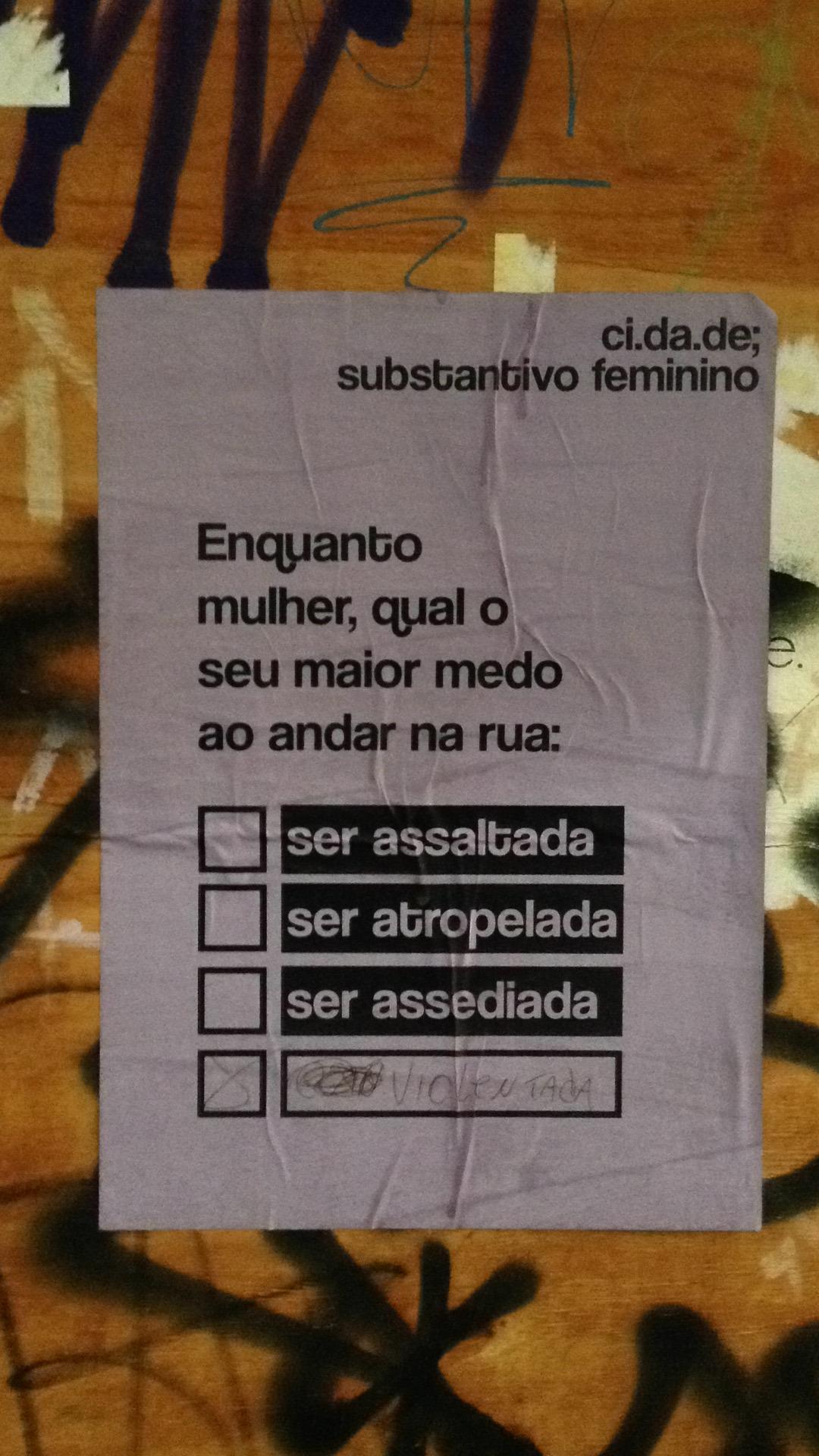 Cartazes ganharam intervenções espontâneas dos pedestres, mostrando a reflexão. Foto: Fernanda Linero/divulgação