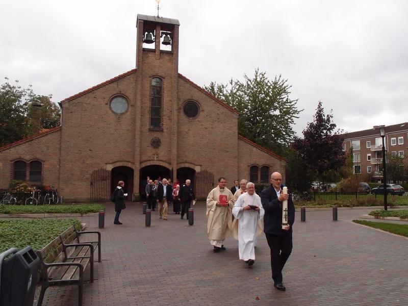 Procissão saída da Sint Jacobuskerk, em direção à Protestant Bethel Church, que vai abrigar os ritos da comunidade. Foto: Daan Beekers/Religious Matters