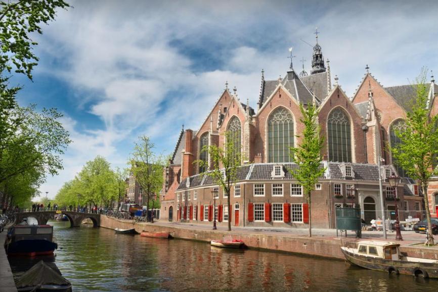 Oude Kerk, mais antiga igreja de Amsterdã, construída em 1213, atualmente funciona como museu. Foto: Alex Mark
