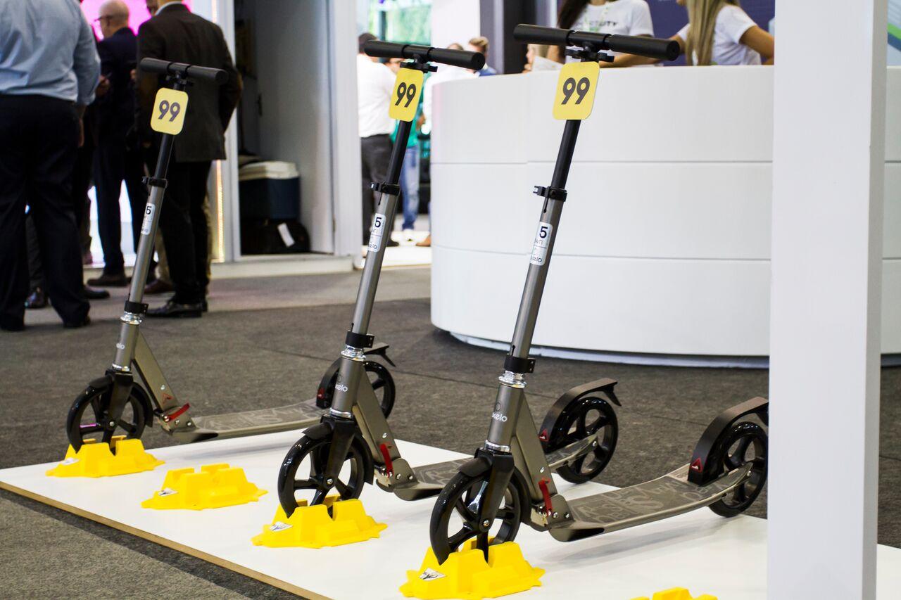 Empresa 99 forneceu quatro estações para o aluguel de patinetes no evento, com o objetivo de oferecer uma mobilidade mais sustentável e econômica. Foto: Ana Gabriella Amorim/Gazeta do Povo