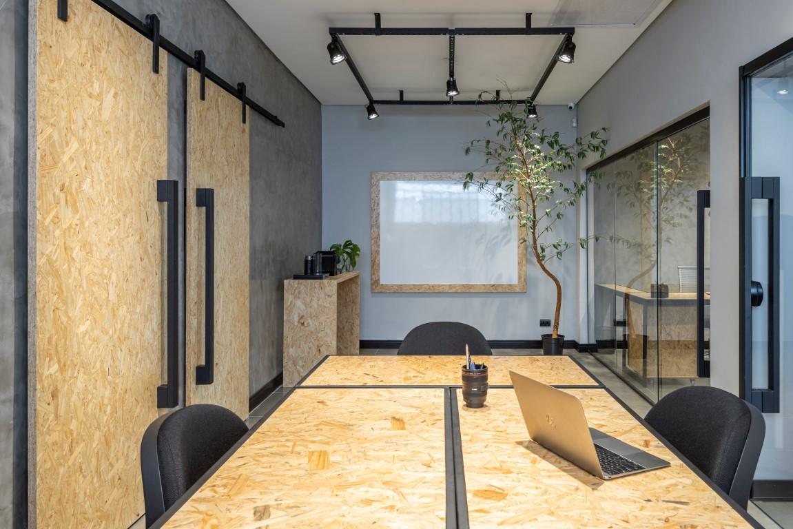 Ambiente minimalista e sustentável reforça identidade da marca do escritório. Foto: Fernando Zequinão/Gazeta do Povo