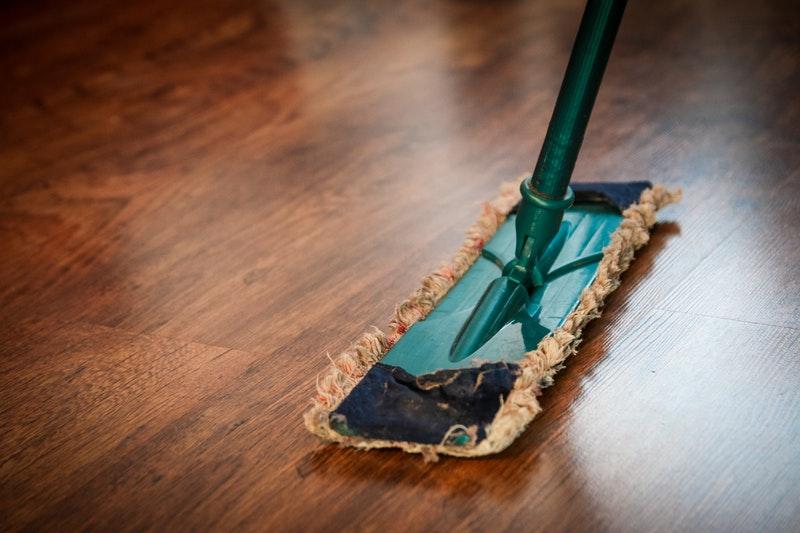 Após uma obra em casa, poderá ser necessário o uso de produtos para limpeza profissional, que retirem manchas e resíduos. Foto: Pexels