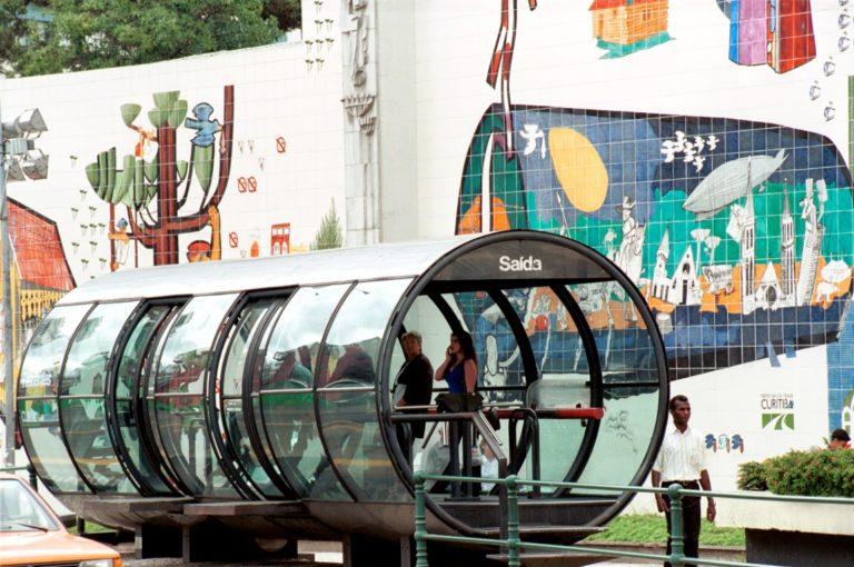 Design das estações-tubo foi concebido pensando também em criar uma personalidade para a paisagem urbana da capital paranaense. Foto dos anos 2000. Foto: Divulgação