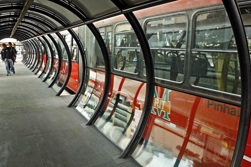 Transporte coletivo - estação tubo - onibus biarticulado - embarque de passageiros em estação tubo - movimentação de onibus nas estações tubo da Praça Rui Barbosa em Curitiba