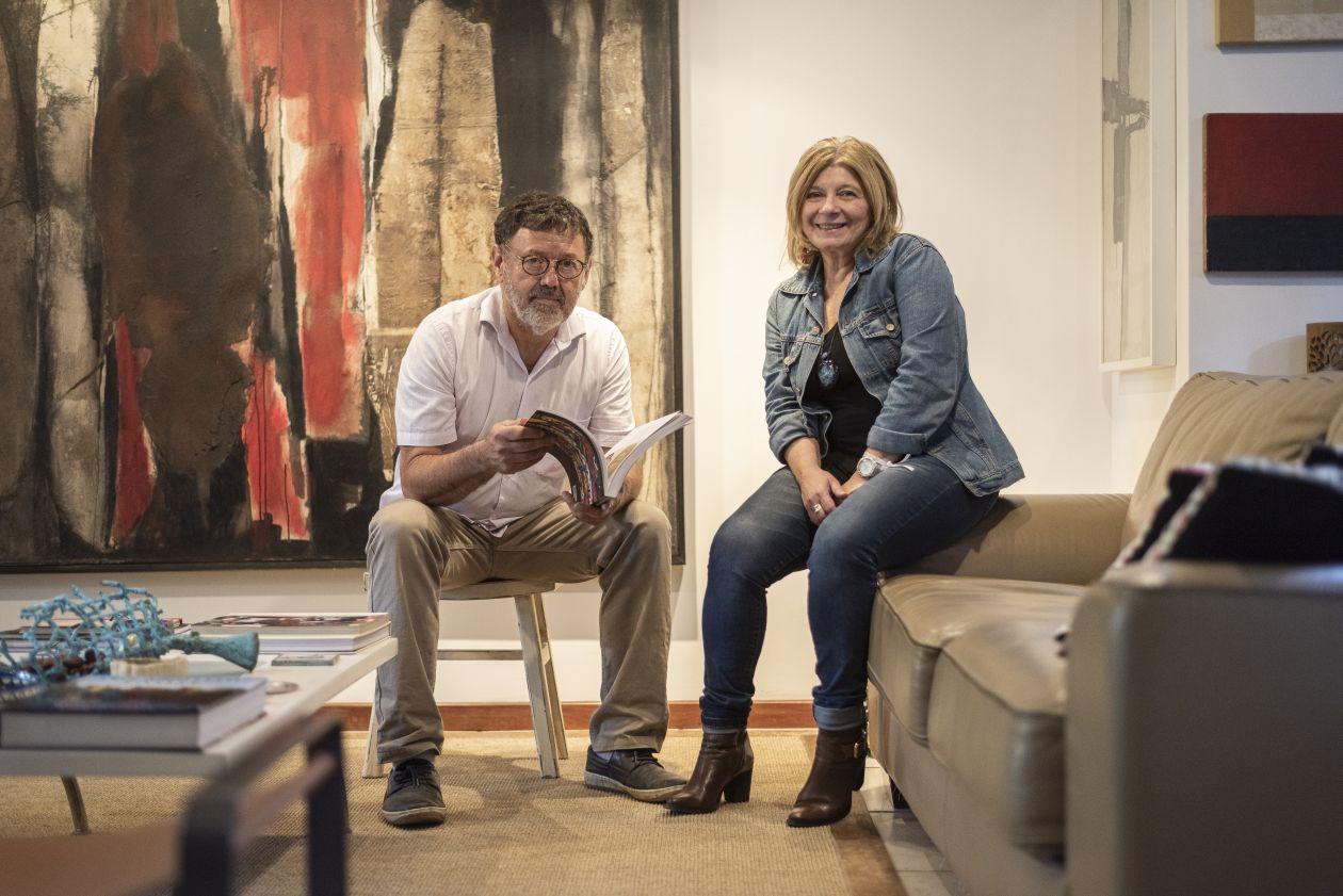 Na casa de José Antonio e Myrian, as obras refletem a trajetória do artista e a história do casal. Foto: Fernando Zequinão/Gazeta do Povo
