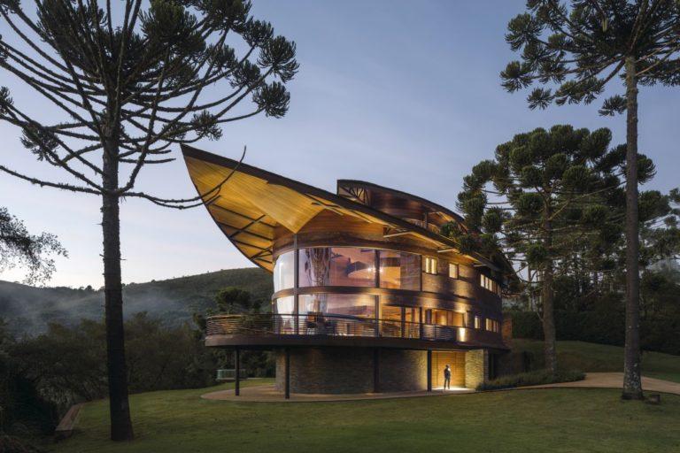 Projeto do escritório Mareines Arquitetura remete ao formato de um pinhão. Foto: Leonardo Finotti