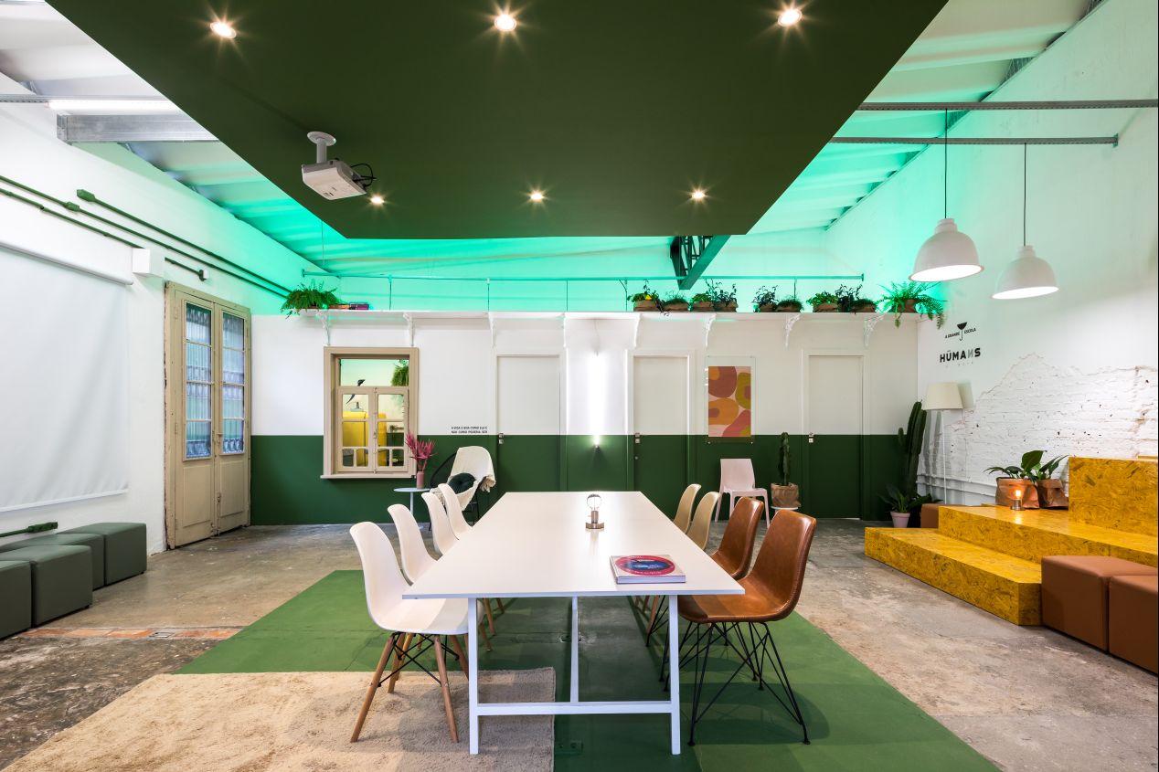 Cores vibrantes aplicadas de maneira contemporânea buscam fomentar a criatividade no espaço colaborativo. Foto: Eduardo Macários