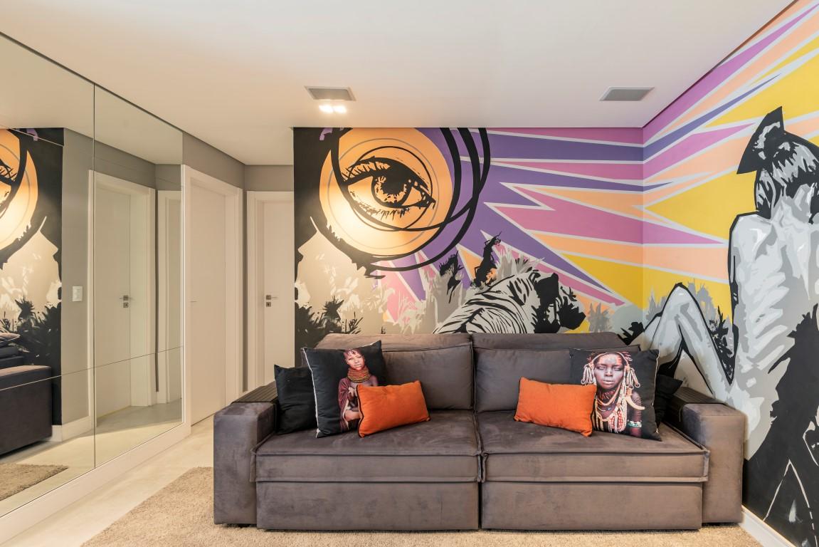 Arte nas paredes da sala deram um ar moderno para o projeto. Foto: Fernando Zequinão/Gazeta do Povo