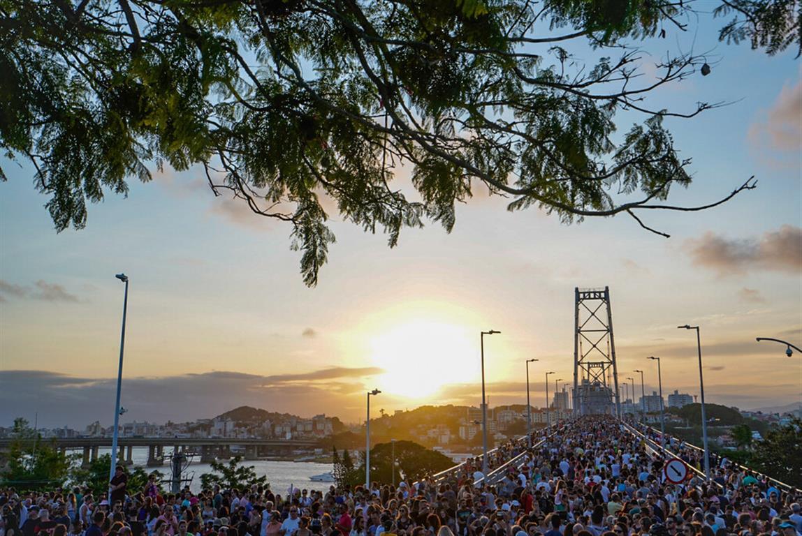 Fechada há 28 anos, ponte cartão-postal de Florianópolis é reaberta com programação especial