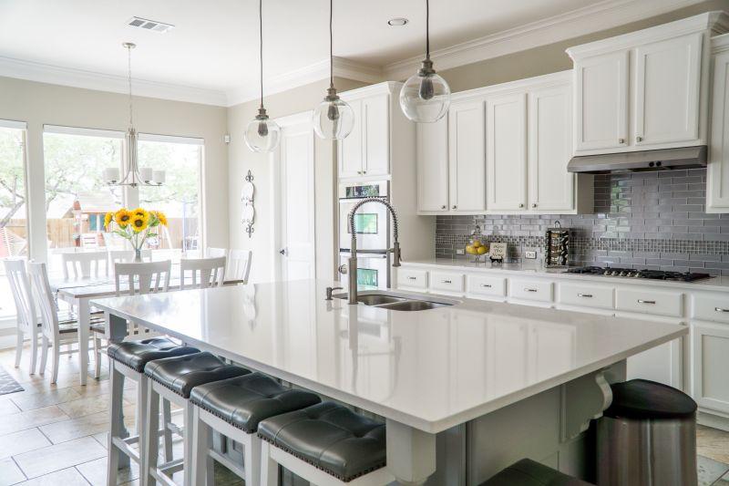 Na cozinha, utensílios mais importantes para o cotidiano devem estar sempre ao alcance fácil. Foto: Mark McCammon/ Pexels