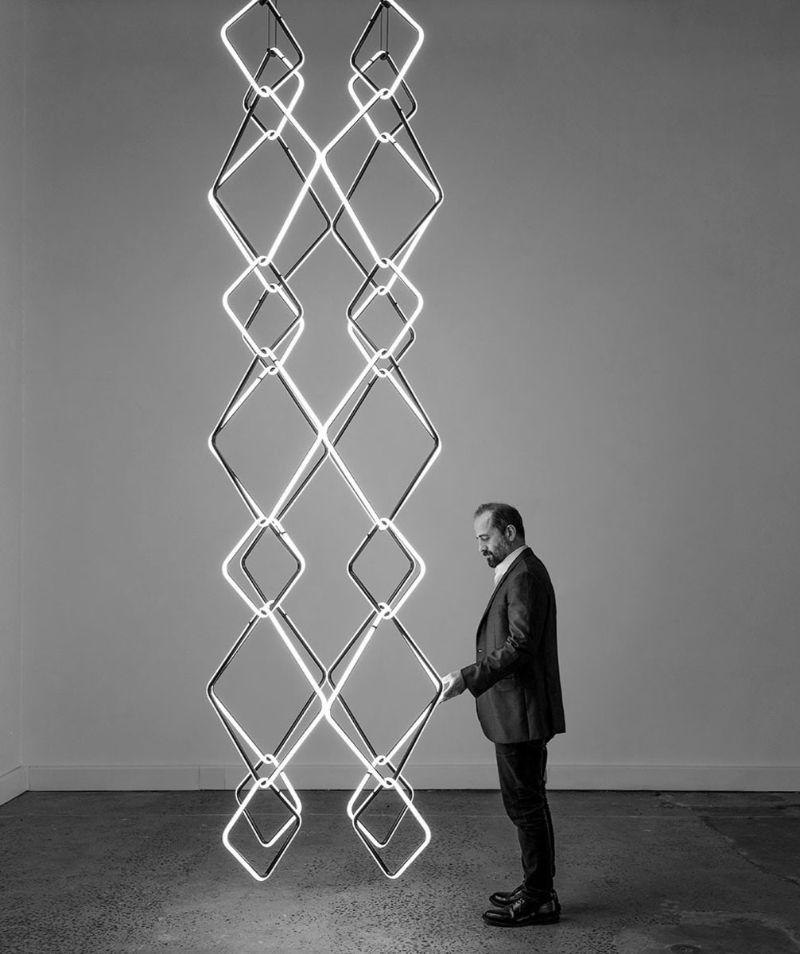 Brincar com a iluminação é a marca do designer Michael Anastassiades, designer do ano pela Maison&Objet. Foto: Reprodução/ Instagram