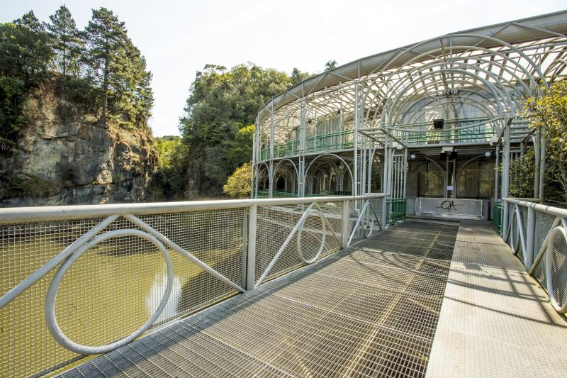 Construídas em metal e vidro, Ópera de Arame, Jardim Botânico e Rua 24 Horas deram a cara da Curitiba moderna. Foto: Hugo Arada/Gazeta do Povo.