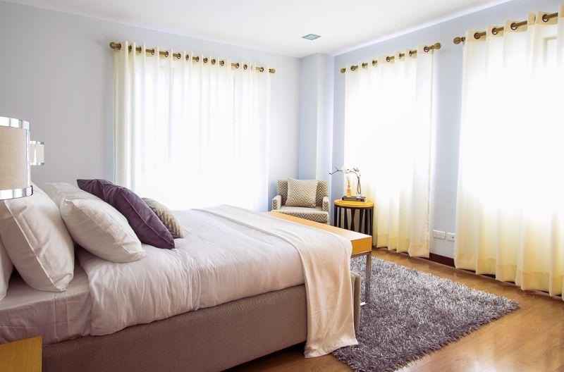 """As camas devem estar no que se chama de """"posição de comando"""", onde se pode ver o resto do quarto, especialmente a porta do cômodo, mas não em frente a ela, diretamente. Foto: Mary Whitney/ Pexels"""