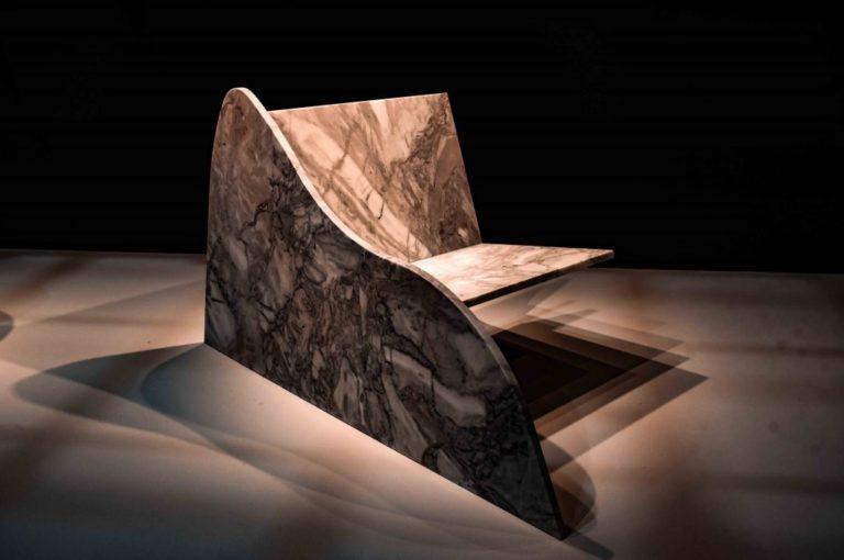 Poltrona inédita assinada por Rodrigo Ohtake destaca a versatilidade do trabalho em pedra ao apresentar linhas retas e curvas, e o braço em apenas um dos lados. Foto: divulgação