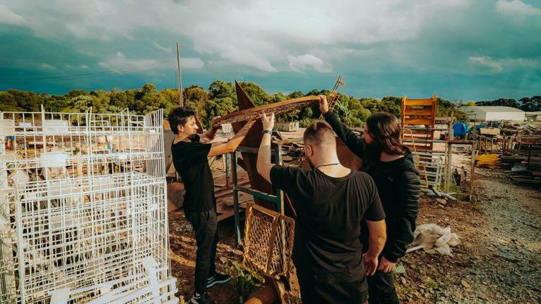 Garimpo em ferros-velhos faz parte do cotidiano de Ferentz e de sua equipe. Foto: Givago Ferentz Arquitetura