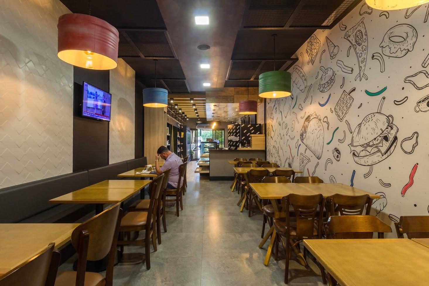Tambores de ferro-velho foram restaurados e usados como luminárias na cafeteria 'Mas será o Benedito?', em Contenda. O projeto é de Givago Ferentz Arquitetura  Foto: Gustavo Lupian / Divulgação