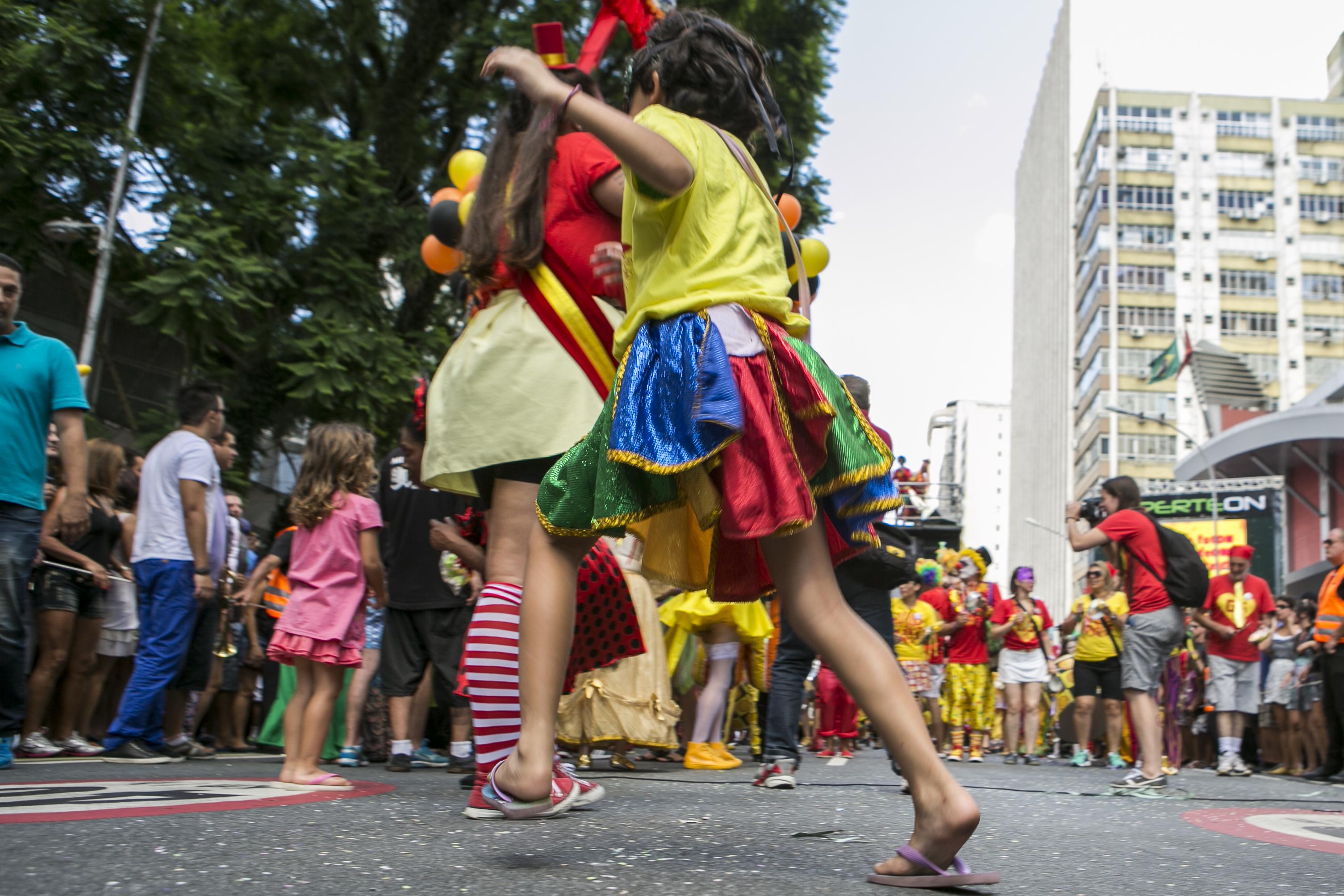 O tempo firme ajudou e muitas pessoas foram curtir o carnaval no Centro de Curitiba. Na foto, Foliões curtindo o Bloco Garibaldis e Sacis.
