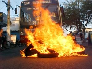 Tirar Whatsapp do ar e queimar pneus na estrada: tudo a ver