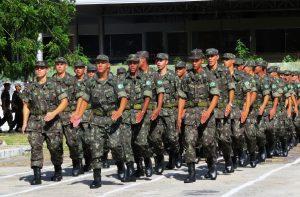 """Enquanto comandante do Exército diz que é """"coisa de maluco"""" pedir intervenção militar, general faz alerta contrário"""