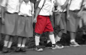 Gênero neutro: escola proíbe bermudas e obriga meninos a usarem saias