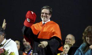 O comunista Roberto Leher literalmente vestindo o boné do MST quando assumiu a reitoria da UFRJ.
