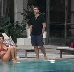 Esquerda caviar: Freixo é flagrado na piscina do Copa Palace e rebate críticos