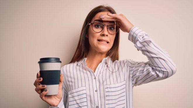 mulher empresária dor cabeça café