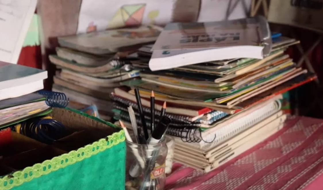 Alguns dos itens achados no lixão que hoje compõe a Escolinha da Esperança. Imagem: Reprodução YouTube/Neyara Pinheiro.