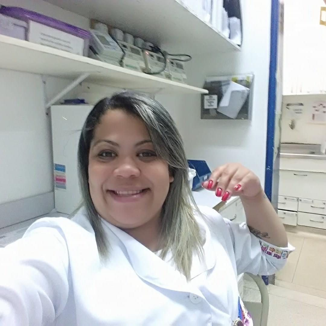A enfermeira Lidiane de Souza Melo encontrou nas luvas cirúrgicas com água morna uma maneira de confortar uma das suas pacientes, enquanto precisava cuidar de outros internados.