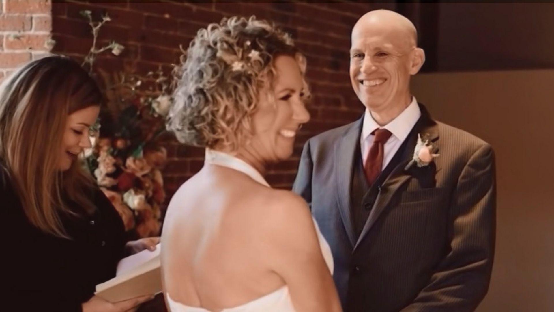 """""""Durante os votos, ele disse 'Lisa, eu te amo'. E isso é tudo que eu precisava"""". Foto: Reprodução/CNN"""