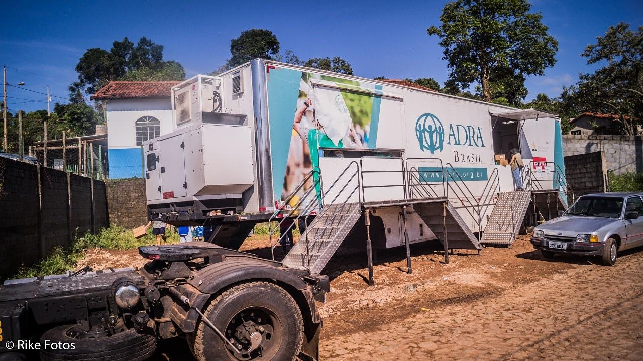 A Carreta Solidária já passou por 40 cidades brasileiras, distribuiu mais de 107 mil refeições e ofereceu assistência psicossocial para centenas de pessoas. Foto: Divulgação/Adra