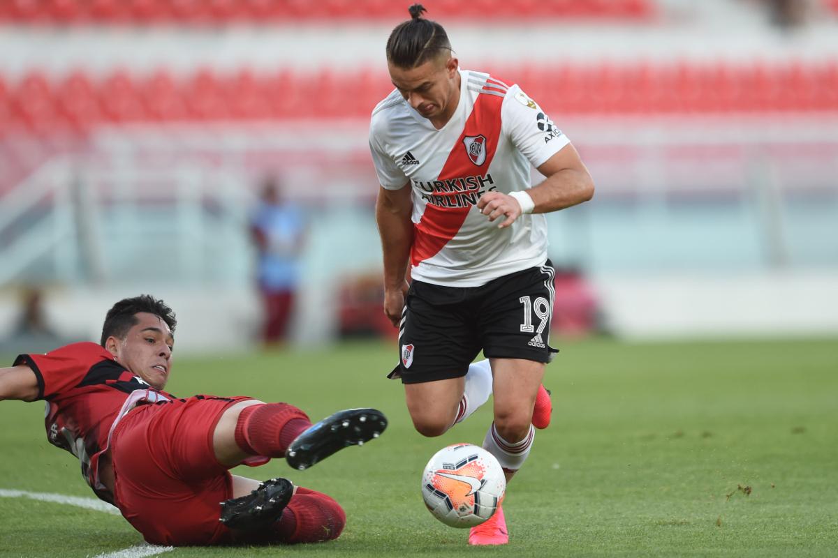 Lucas Halter na marcação sobre Santos Borré. Foto: Divulgação/CARP