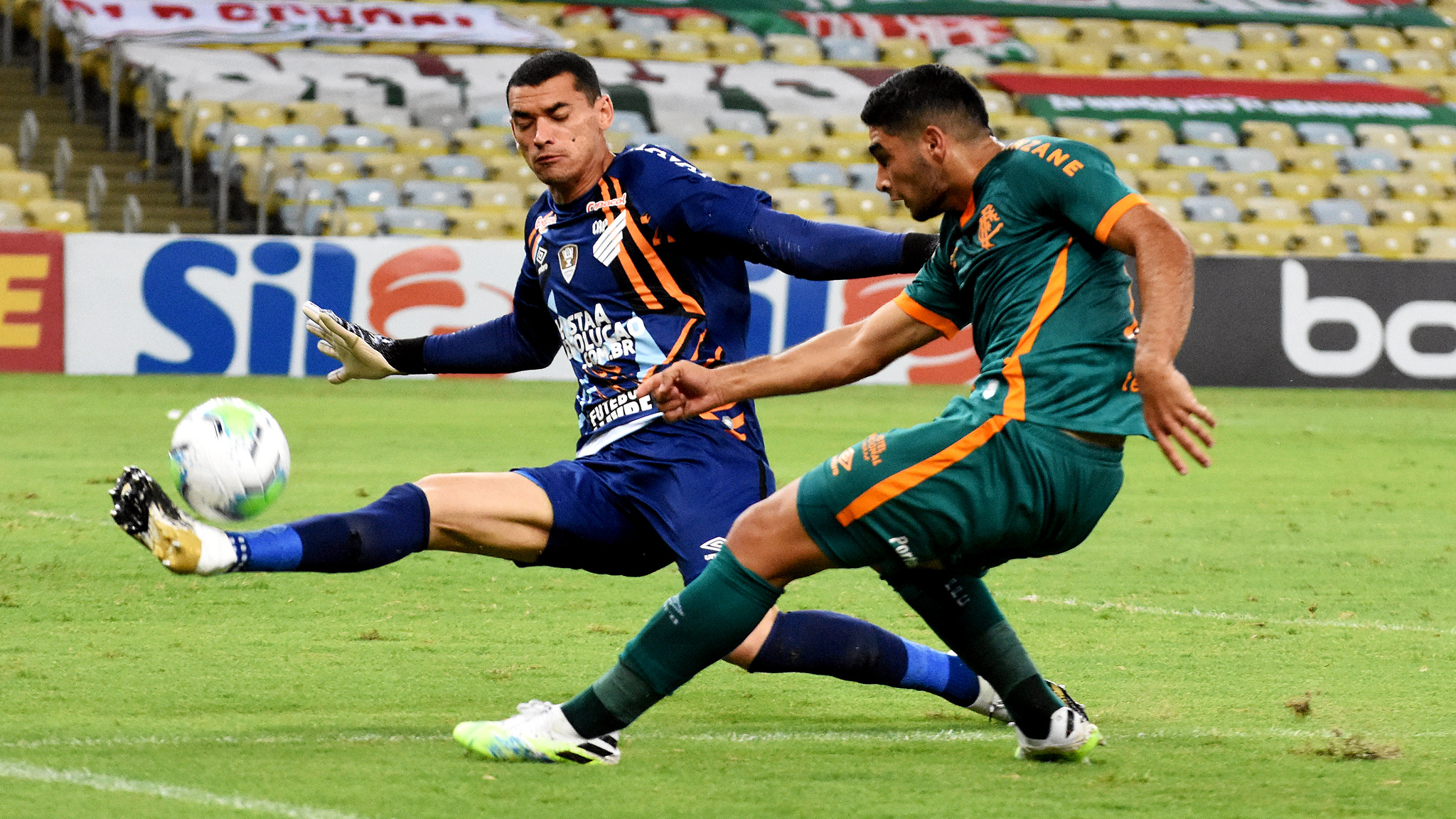 Santos defendeu essa de Michel Araujo e ainda pegou um pênalti. Foto: Maílson Santana/FFC
