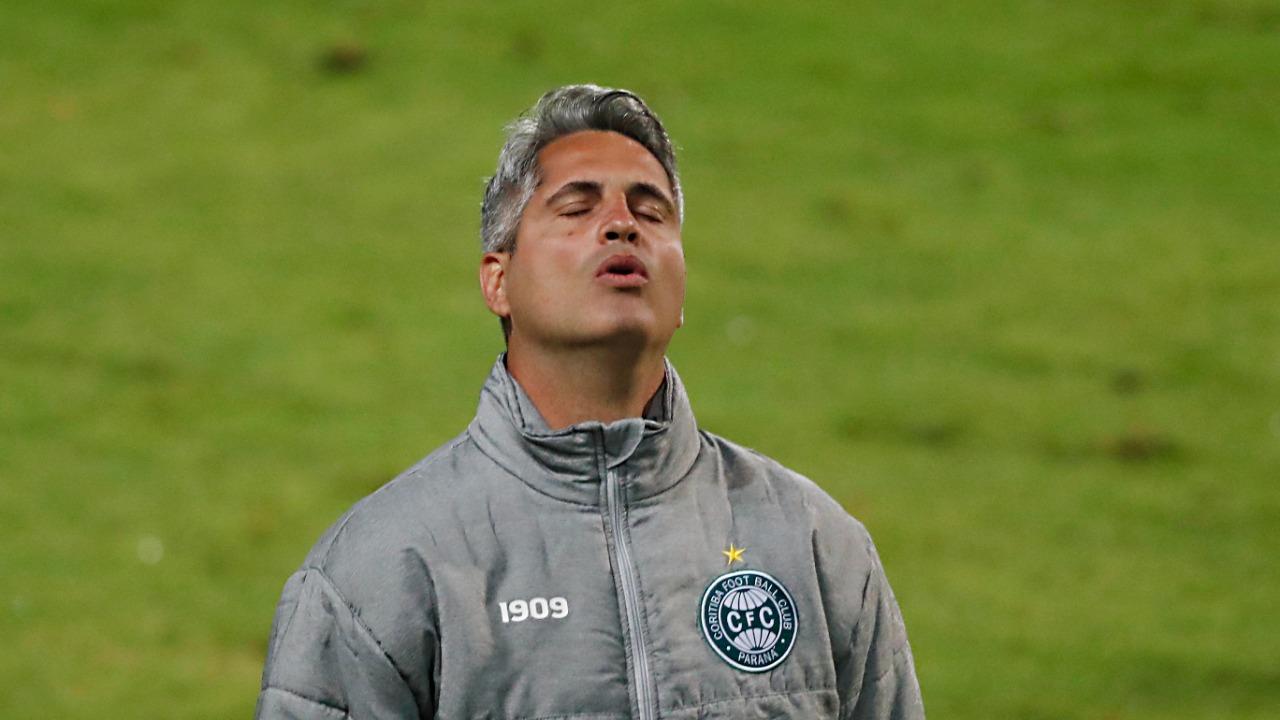 Rodrigo Santana sofrendo ao ver o Coxa pressionado. Foto: Albari Rosa/Foto Digital