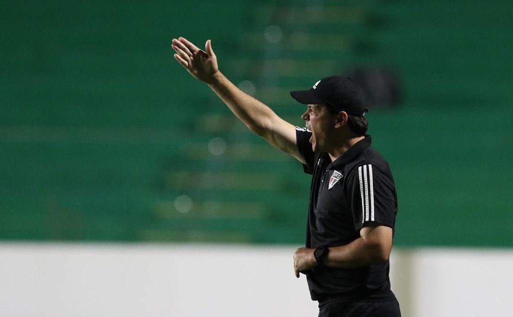 Fernando Diniz. Antes o certo era demitir, agora o certo é manter. Foto: Rubens Chiri/SPFC