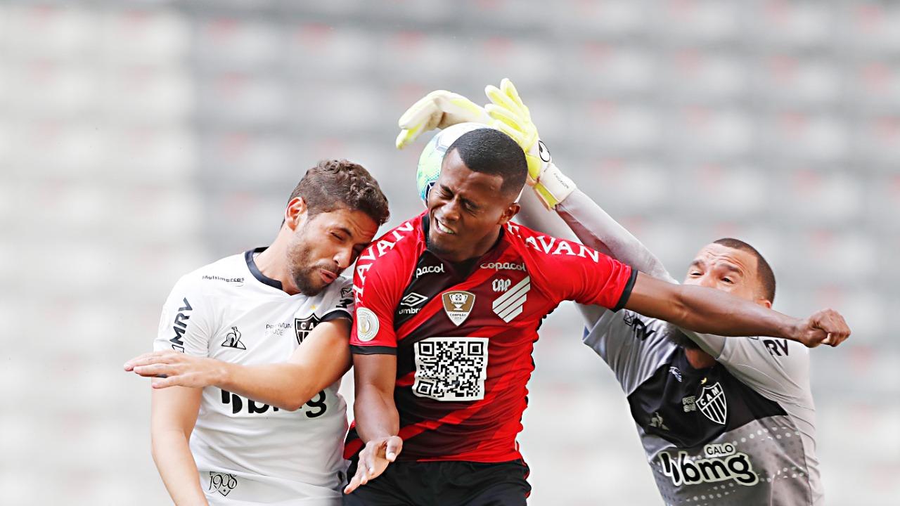 Carlos Eduardo disputa no alto com Gabriel e Éverson. Foto: Albari Rosa/Foto Digital