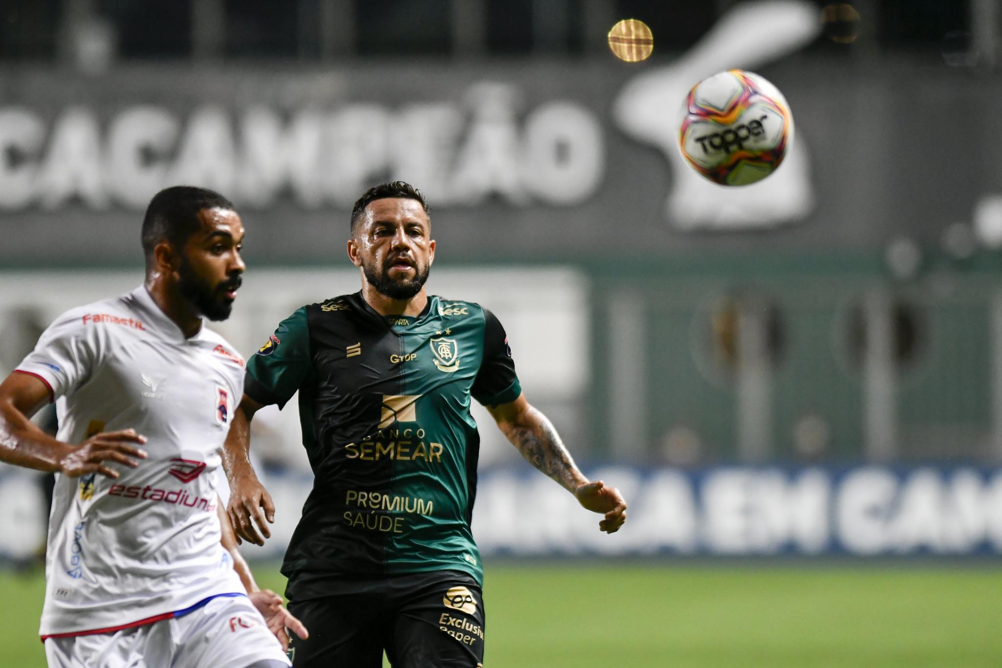 Paulo Henrique e Felipe Azevedo acompanham a bola. Foto: Mourão Panda/AFC