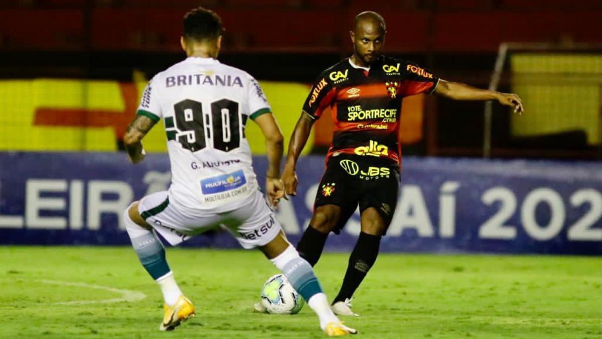 Ronaldo com a bola e Giovanni Augusto na marcação. Na teoria, era para ser o contrário. Foto: Divulgação/Sport