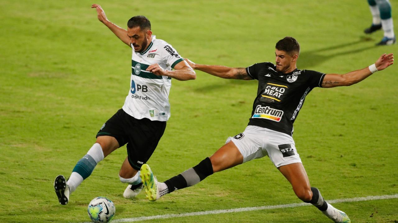 Rhodolfo é marcado forte por Pedro Raul. O Fogão pressionou o Coxa no começo do jogo. Foto: Albari Rosa/Foto Digital