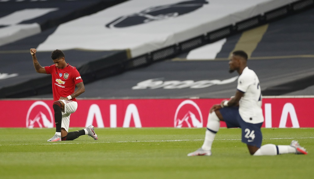 Jogadores de Tottenham e Man Utd se ajoelham antes de retomada da Premier League. Foto: Divulgação/Tottenham