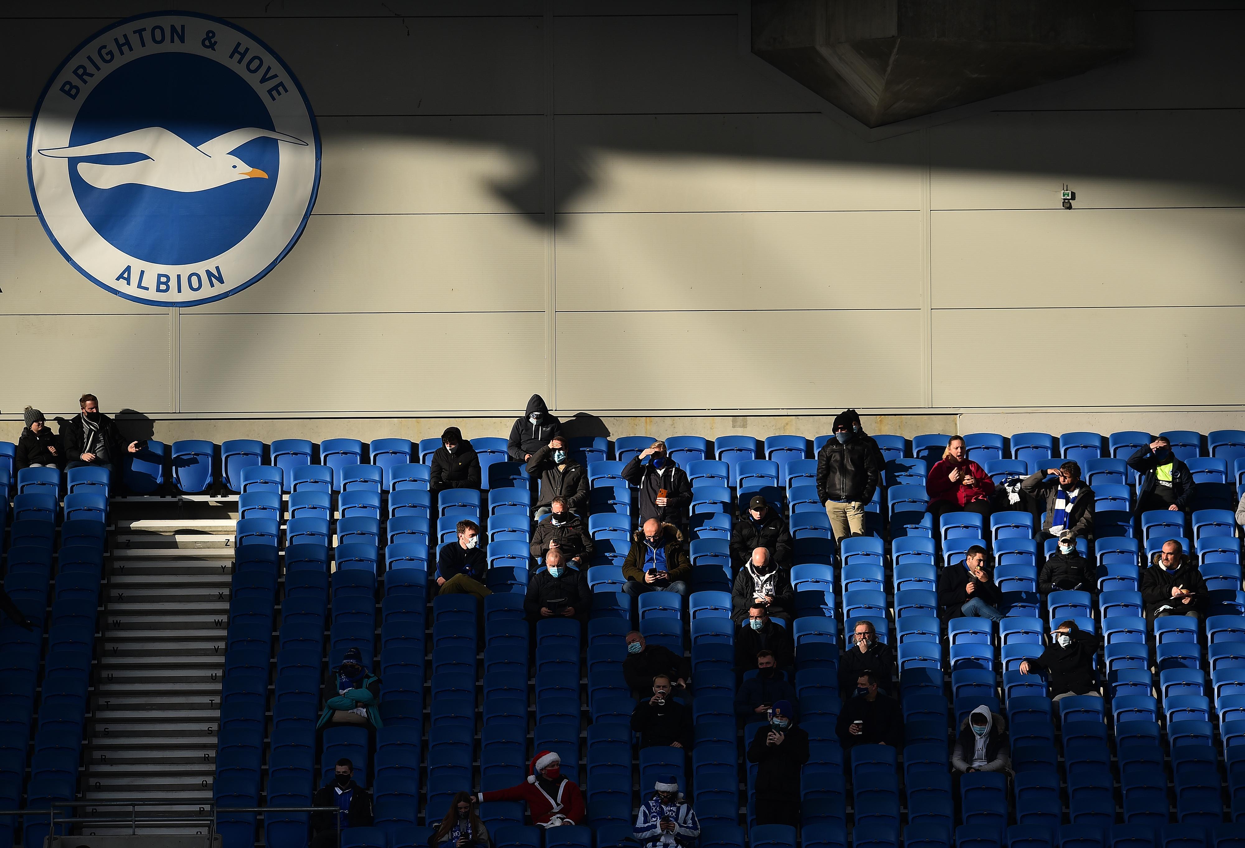 Público com distanciamento social na Inglaterra. Foto: AFP
